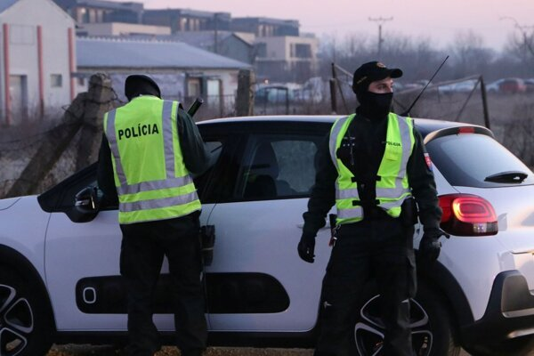 Na hraniciach okresov vás môžu skontrolovať policajti.