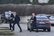Koaličná kríza. Členovia SaS prichádzajú do prezidentského paláca.