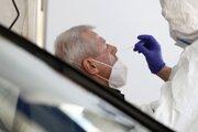Zdravotník testuje občana proti ochoreniu COVID-19.