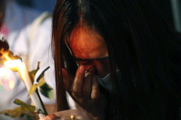 Protest proti mjanmarskému vojenskému puču pred budovou OSN v Bangkoku.