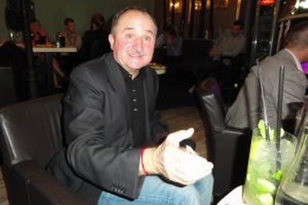 Tomáš Galbavý vo volebnú noc často vtipkoval.