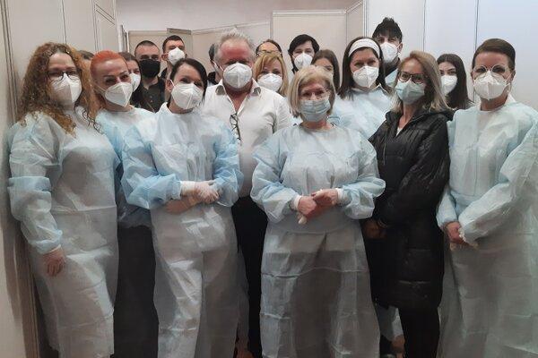 V Lučenci začali očkovať proti COVID-19 v dočasnom vakcinačnom centre, nachádzajúcom sa v priestoroch tamojšieho mestského úradu.