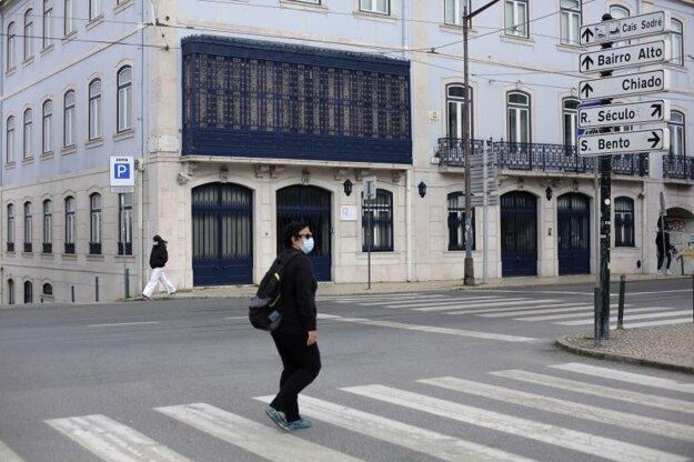 Osamelý chodec v centre Lisabonu.