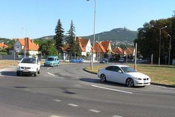 Kruhový objazd pod Zoborom.