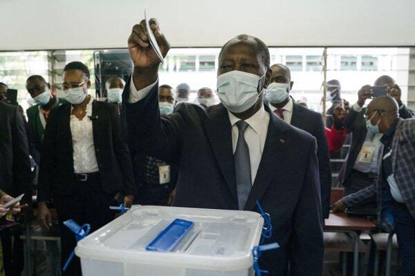 Prezident Pobrežia Slonoviny Alassane Ouattara hlasuje počas prezidentských volieb.