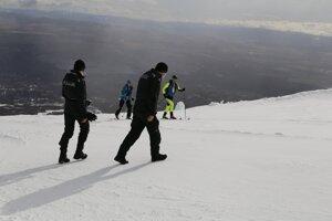 Policajti ľudí kontrolovali aj na hrebeňoch hôr.