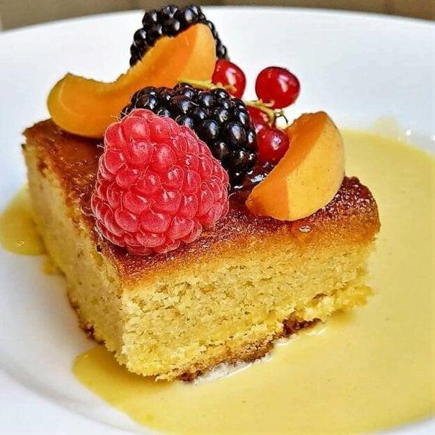 Mandľový koláč s citrónovou omáčkou