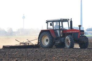 Traktor na poli v blízkosti Trnavy.