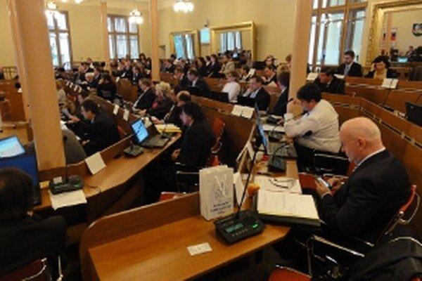O 54 poslaneckých kresiel v nitrianskej župe má záujem 255 kandidátov.
