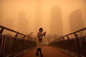 Severnú Čínu vrátane hlavného mesta Peking zasiahla najsilnejšia a najväčšia piesočná búrka za ostatných desať rokov.