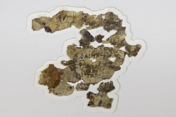 Nájdené zvitky obsahujú pasáže v gréčtine z Knihy dvanástich (menších) prorokov, ktorá je súčasťou Tanachu, hebrejskej Biblie.