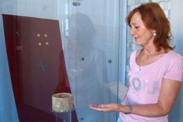 Archeologička Jaroslava Ruttkayová pri vzácnej pyxide z Čiernych Kľačian.