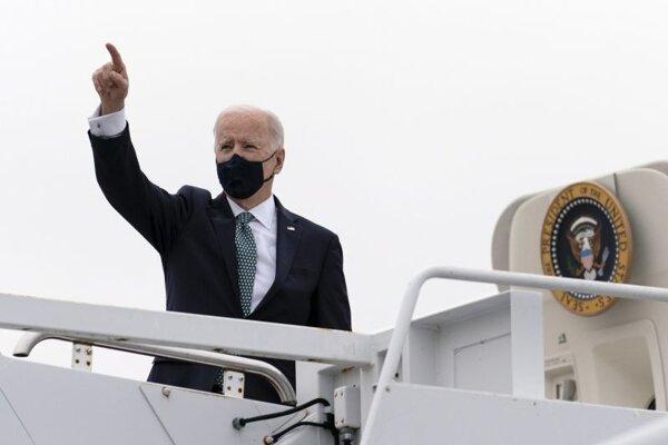 Americký prezident Joe Biden sa lúči pri nastupovaní do lietadla na vojenskej základni v štáte Delaware.