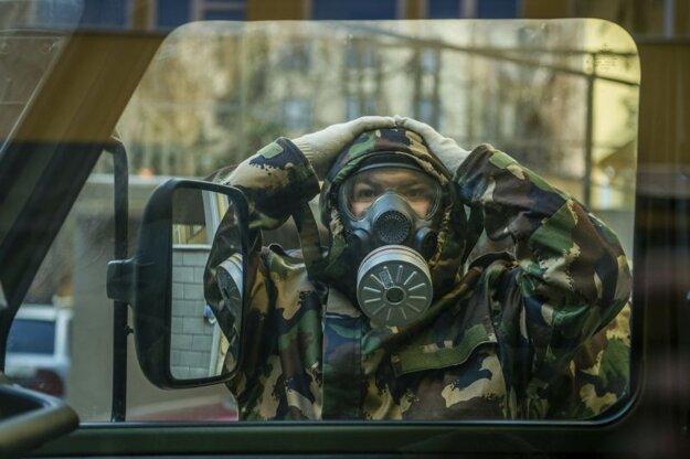 Maďarský vojak s plynovou maskou sa pripravuje na dezinfekciu spoločných priestorov materskej škôlky a základnej školy, v ktorých sa vyskytla nákaza novým koronavírusom v Budapešti v stredu 17. marca 2021.