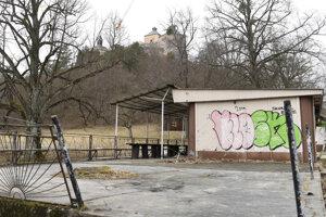 Opustené drevené stavby a objekty pri prístupovej ceste k hradu budú odstránené.