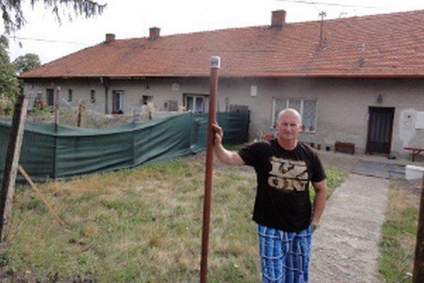 Ivan Burgan s rodinou býva v dome napravo, vulgárna susedka vľavo. Rodiny nemajú šancu vyhnúť sa navzájom, pred domami sa stretajú denne.