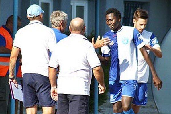 Tréner Šamorína Fašiang si tľapol s dvojgólovm strelcom Sidibom.