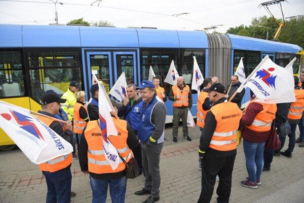 : Odborári v Bratislave, Košiciach a Prešove vyhlásili od utorka štrajkovú pohotovosť pre kritickú situáciu v ich dopravných podnikoch v dôsledku koronavírusovej pandémie.
