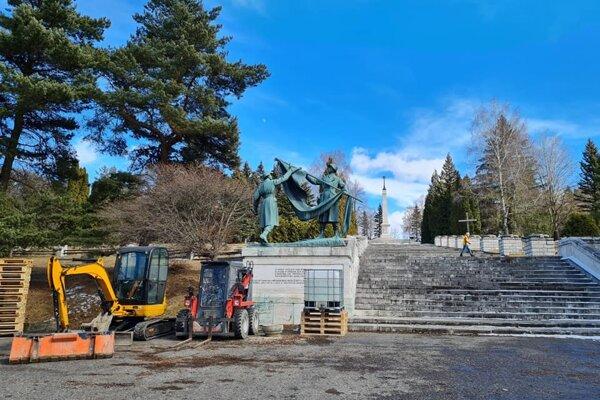 Začala sa obnova vojenského cintorína.