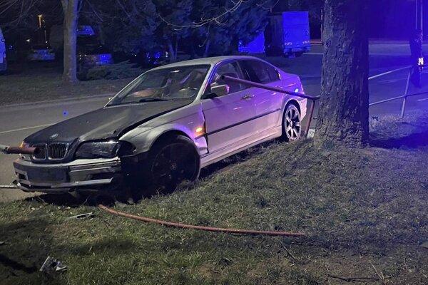 Auto prerazilo zábradlie.