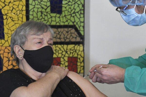 V rámci očkovacej stratégie sú prioritou seniori.
