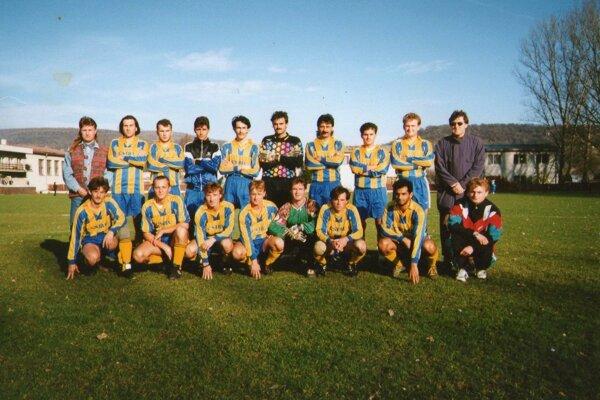 Dospelí FTC Fiľakovo v ročníku 1997/98. Štefan Bozó vpravo hore.