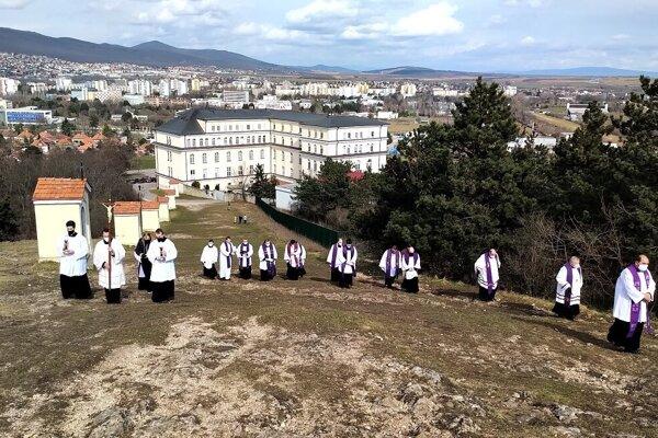 Krížová cesta len s kňazmi, bez veriacich.