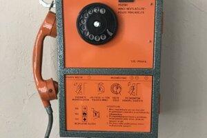 Tento krásny telefónny automat sa začal vyrábať vroku 1984 apostupne nahrádzal staršie telefóny. Platiť ste mohli už aj korunovými mincami.