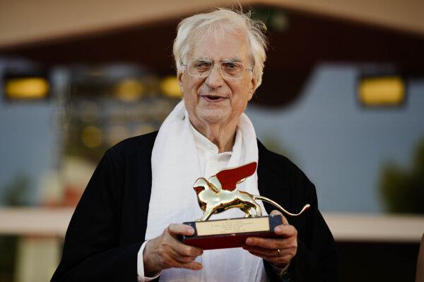 Bernard Tavernier pózuje s ocenením Zlatý lev, ktorého dostal na festivale v Benátkach za celoživotné dielo.