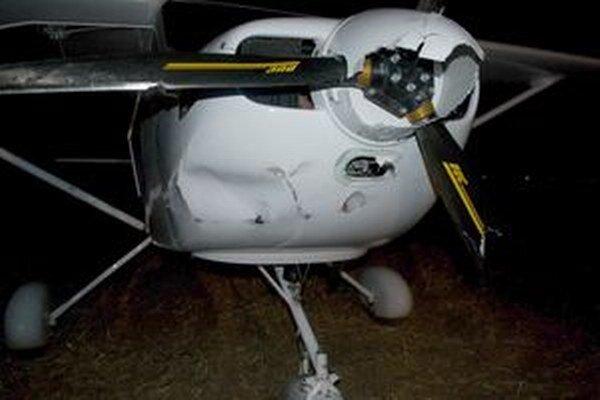 Lietadlo je po núdzovom pristátí poškodené.