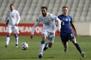 Ondrej Duda a Grigoris Kastanos v zápase Cyprus - Slovensko.