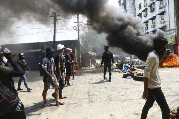 Protesty pokračujú aj po najkrvavejšom dni od prevratu v Barme
