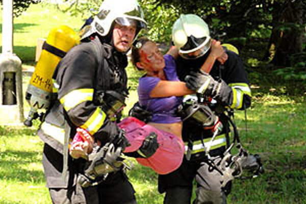 Zhruba šesťdesiat hasičov si precvičovalo postup v prípade, že by na zámku v Topoľčiankach skutočne došlo k požiaru.