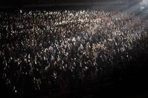 Za prísnych opatrení sa uskutočnil koncert účasťou 5000 ľudí.