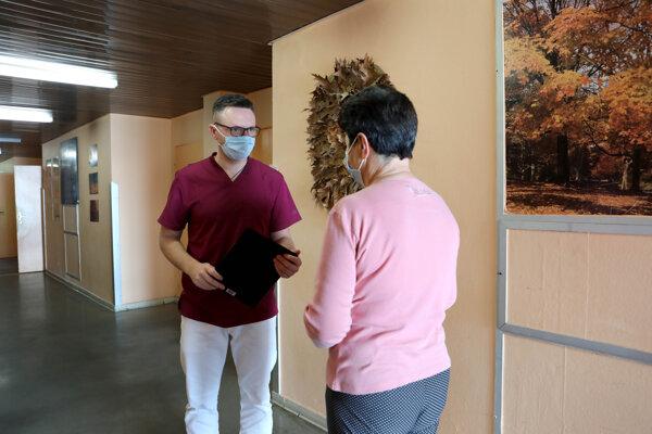 Prednosta I. psychiatrickej kliniky Jozef Dragašek s pacientkou.