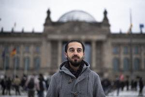 Po nemecky hovorí plynulo, pracuje ako právny poradca pre žiadateľov o azyl, ktorých záujmy chcel zastupovať aj v parlamente.