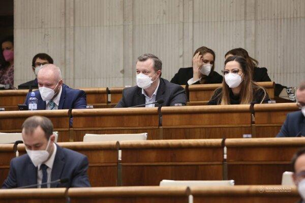 Sprava: Poslanci za hnutie Sme rodina Eva Hudecová, Milan Krajniak a Miloš Svrček počas rokovania pokračujúcej 25. schôdze Národnej rady SR.