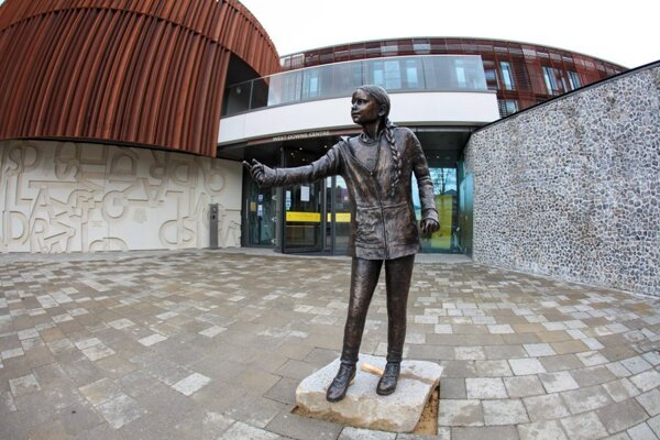 Socha Grety Thunberg v životnej veľkosti na Winchsterskej univerzite.