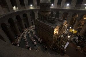 Kňazi krúžia okolo Božieho hrobu v Bazilike Svätého hrobu počas omše na Veľký štvrtok.