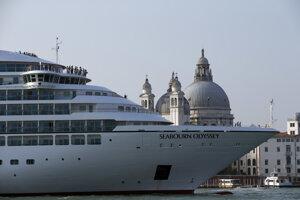 Veľká výletná loď sa plaví kanálom Giudecca, ktorý sa nachádza pre Námestím sv. Marka v Benátkach.