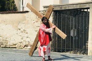 Tento rok bola krížová cesta bez ľudí v uliciach.