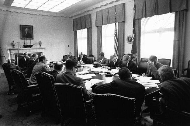 Stretnutie J. F. Kennedyho s ExCommom (Výkonným výborom Rady národnej bezpečnosti) v kritickom októbri 1962.