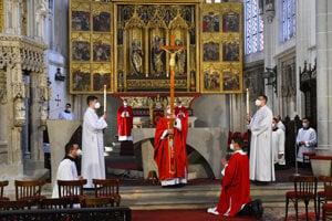 Uprostred s odhaleným krížom košický arcibiskup a metropolita Bernard Bober.