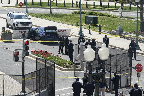 Náraz vozidla do bariéry pred sídlom Kongresu USA.