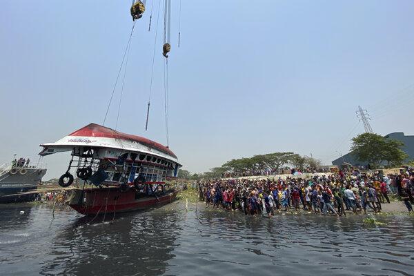 Potopený trajekt po 18 hodinách vytiahli na breh.
