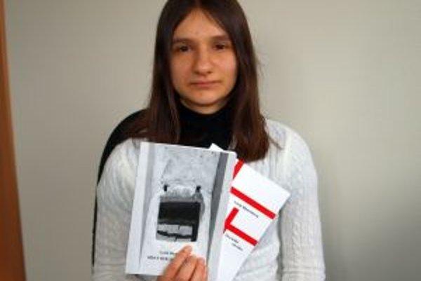 Nitrianka Lucia Bizarretová so svojimi knihami Izba s oceľovými roletami a Dva kríže na krku.
