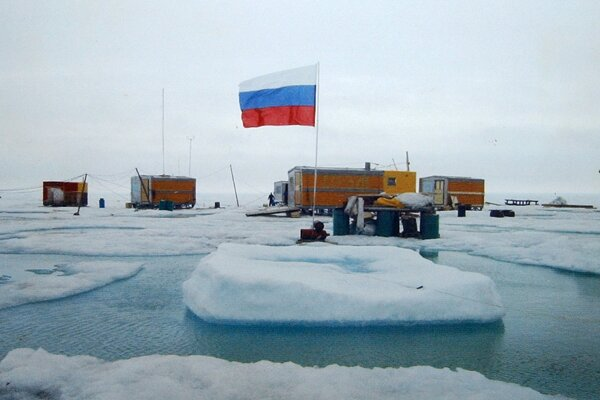 Pohľad na meteorologickú stanicu na Severnom póle z augusta 2003.