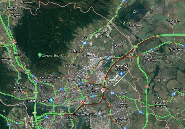 Kolóna vozidiel naprieč diaľnicou D1 predvečer Veľkej noci (červená linka)