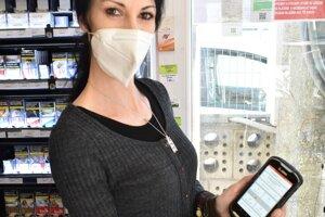 Oľga Patková vpredajni okrem blokovania tovaru zákazníkom rada predá icestovný lístok na vlak.