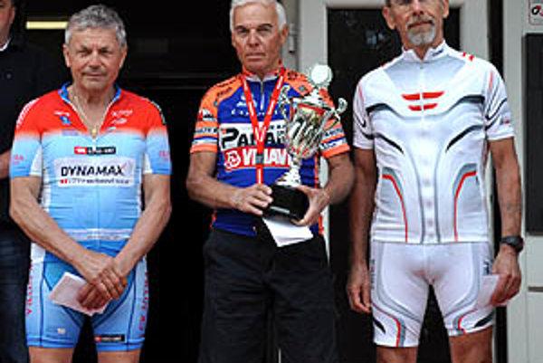 Michal Brat (prvý zľava) vybojoval pódiové umiestnenie.